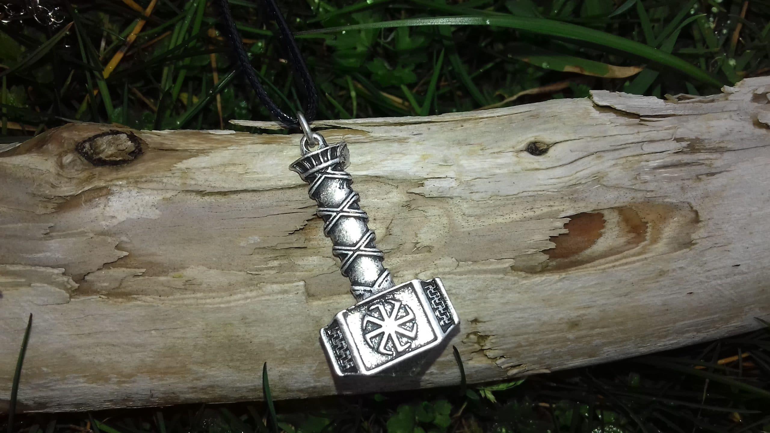 Colliers, pendentifs, Runes…